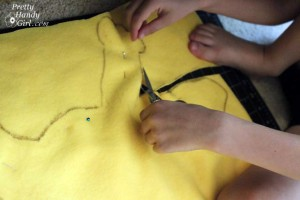 child_cutting_fabric